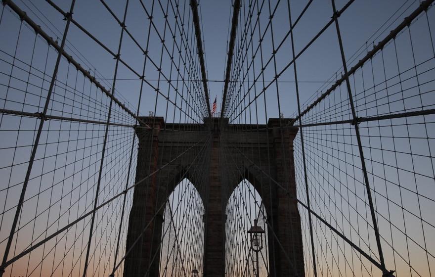 Eine Brücke im Sonnenuntergang mit netzartigen Befestigungen