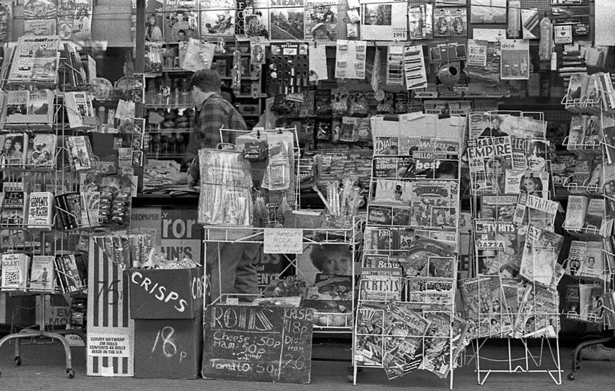 Ein Kiosk mit vielen Zeitungen, Zeitschriften und Büchern