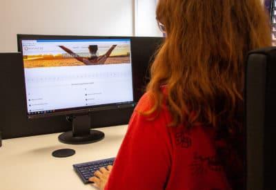 Beitragsbild Younginsure Frau vor Computer